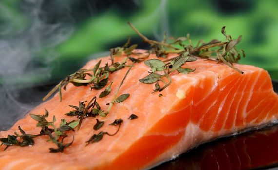 العناصر الغذائية في سمك السلمون, السعرات الحرارية - الكربوهيدرات - العناصر الغذائية في سمك السلمون