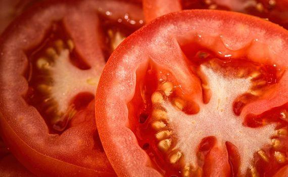 العناصر الغذائية في الطماطم المهطوّة, السعرات الحرارية - الكربوهيدرات - العناصر الغذائية في الطماطم المهطوّة