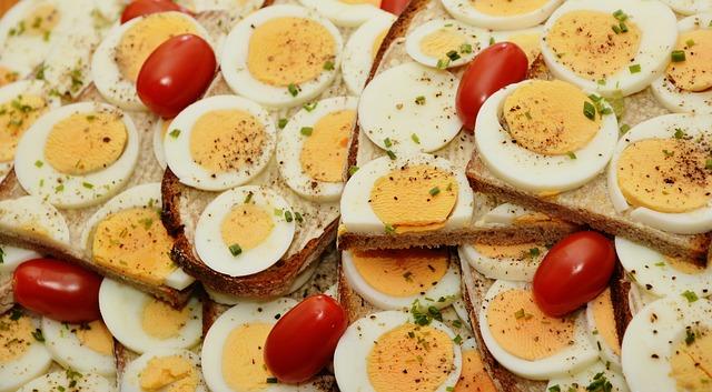 العناصر الغذائية في البيض, السعرات الحرارية - الكربوهيدرات - العناصر الغذائية في البيض المسلوق